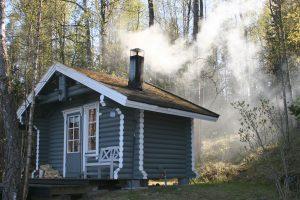 Badstuehus med røyk opp av pipen