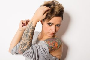 Ung kvinne med mange tatoveringer