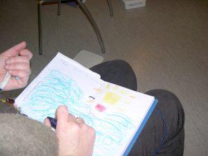 Et fang med en bok med en fargerik tegning på