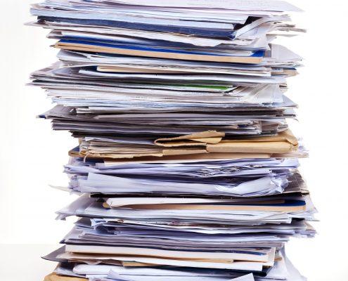 Stor bunke med dokumenter