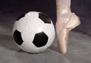En fotbal og en fot med balettsko