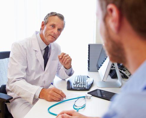 Lege som prater med en pasient