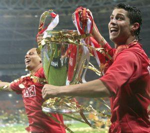 Ronaldo med en diger pokal