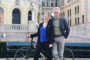 Une Bastholm og Rasmus Hansson med en sykkel foran Stortinget