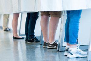 5 par ben bak stemmegardin i båser