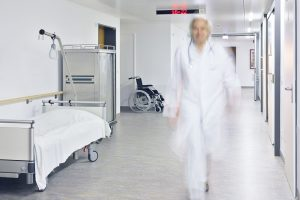 Lege i full fart gjennom sykehuskorridor