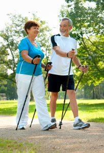 Middelaldrende par som går stavgang