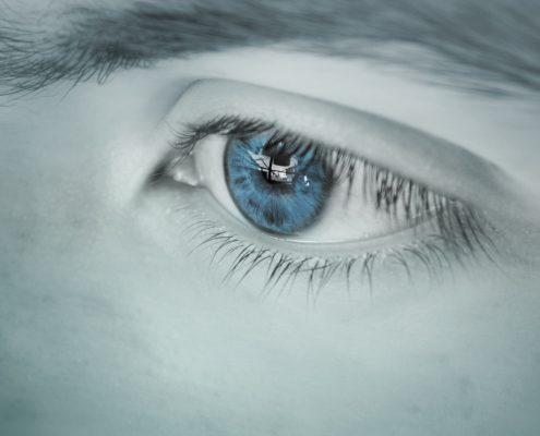 Blått øye som ser inn på et legekontor