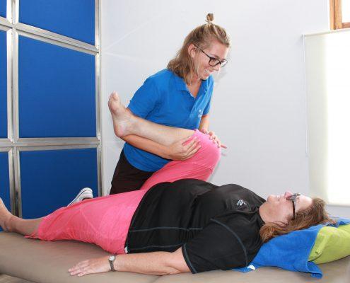 Fysioterapeut som jobber med en pasient på benken