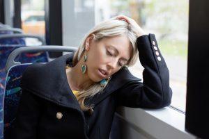 En kvinne som sover på bussen