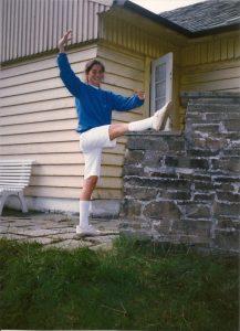 Ung kvinne som gjør ballettøvelser