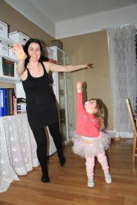 Mor og datter gjør ballettposisjoner