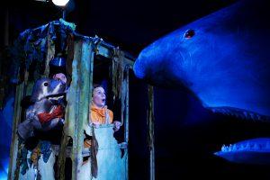 Bilde fra forestillingen Blå jakt, med en hai