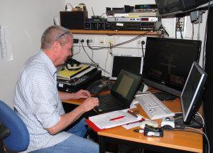 Inspisient ved en kontorpult med elektrisk utstyr