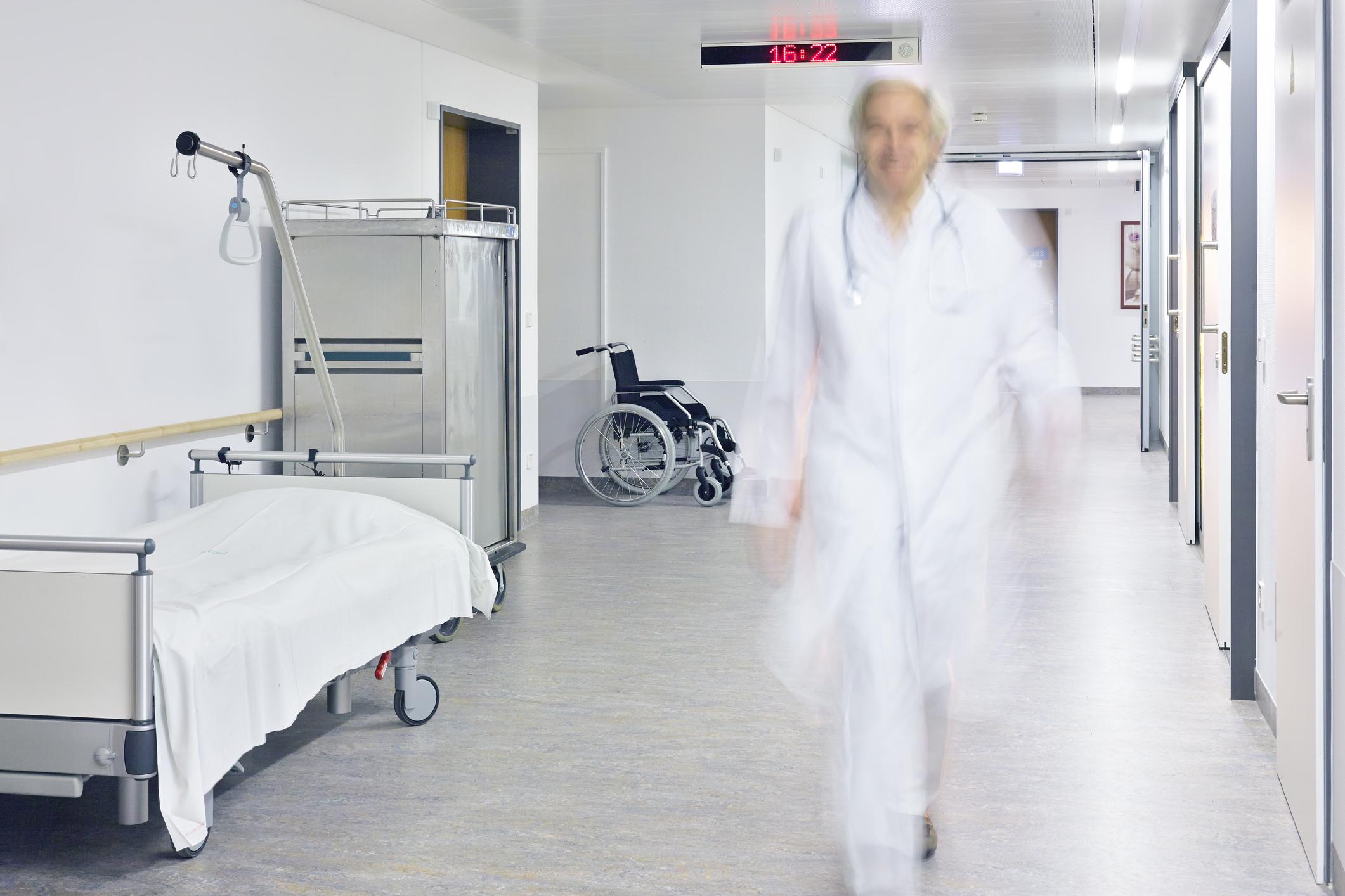 Utydelig lege gående i en sykehuskorridor
