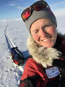 Selfie av kvinne på ski med pulk