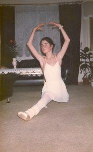 Ballerina som sitter i spagaten