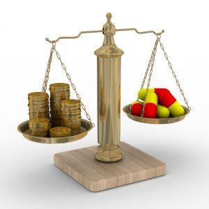 Tegning av en gammel vekt med penger i en skål og piller i den andre