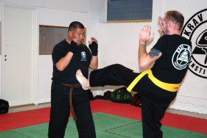 To menn i kamp på trening