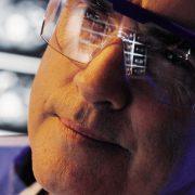 Lege med gjenskinn av røntgenbilder i brillene