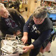 Jarle Granum og Martin Schancke ser på gamle bilder