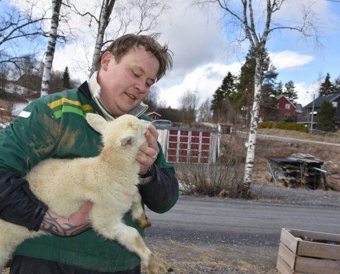Mann med lam i armene