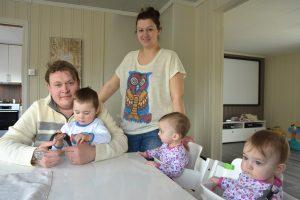 Familie med to voksne og tre småbarn rundt bordet
