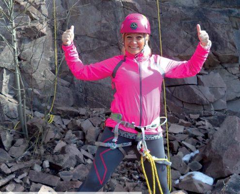 Forsiden til Spondylitten 2-18 med kvinne i rosa rappelleringsutstyr