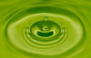 Nærbilde av grønn juice med dråpe