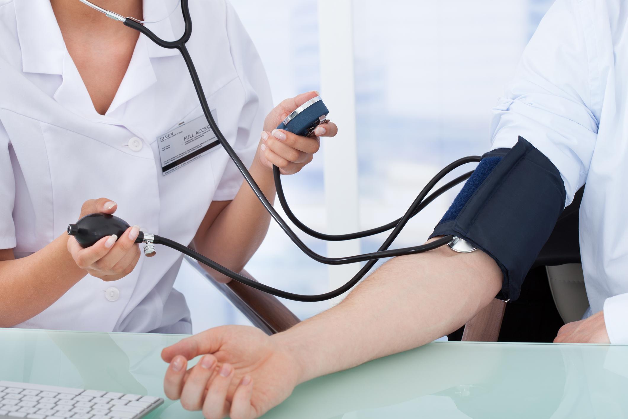 Pasient får målt blodtrykket