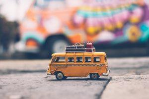 Lekebuss med baggasje på taket