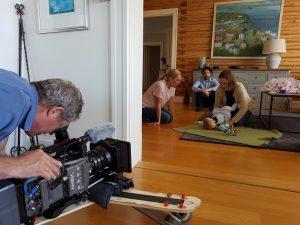 Kameramann filmer voksne som pludrer med et barn