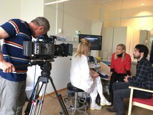 Kameramann filmer scene hos revmatologen