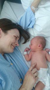 Mor med nyfødt barn på fødestuen