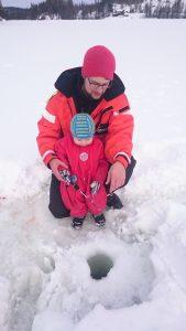 Far isfisker med liten sønn