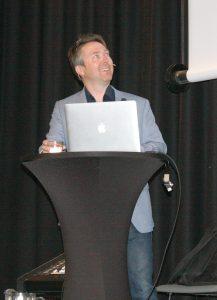 Dr. Gunnstein Bakland på en talerstol