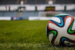 Fotball på grønt gress