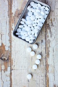 Hvite piller i blikkboks