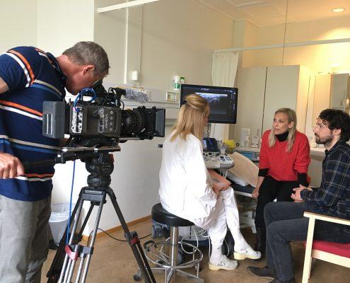 Kameramann filmer scenen med revmatologen