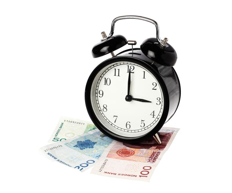 Gammeldags vekkerklokke står på norske pengesedler
