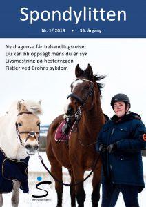 Forsiden på Spondylitten 1-19 med to hester og en ung dame med ridehjelm