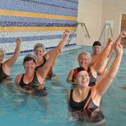 7 Mennesker trener med strikk i et basseng