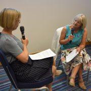 Emma Dures og Sarah Hewlett sitter med mikrofoner og demonstrerer en samtale