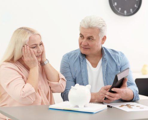Voksent par med sparegris er overrasket over resultat på kalkulator