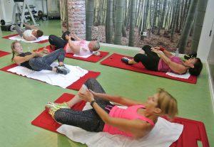 kvinner tar situps i treningssal