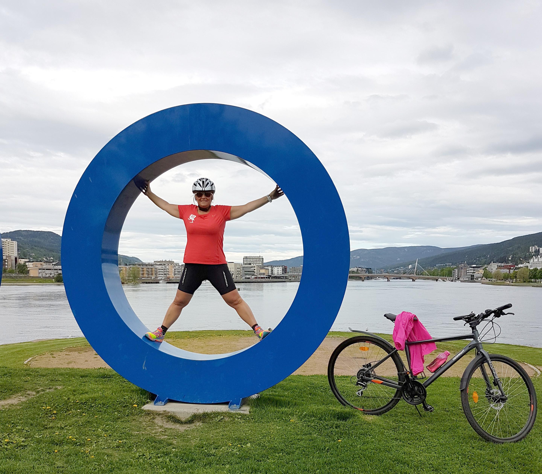 Kvinne i sykkelutstyr i en blå sirkel