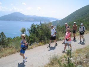 Gruppe mennesker går tur i fjellet i varmt klima
