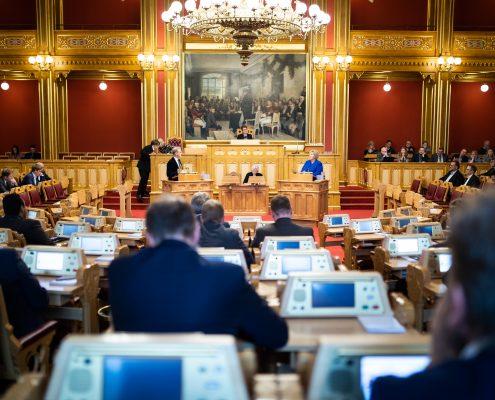 Oversiktsbilde av stortingssalen med statsråder