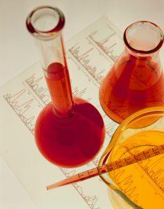 Reagensglass med rød og gul væske