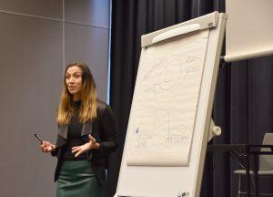 Ann-Christin Hansen foran tegning av en strekfigur